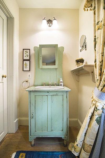Reynolds Tavern Mary Reynolds bathroom image